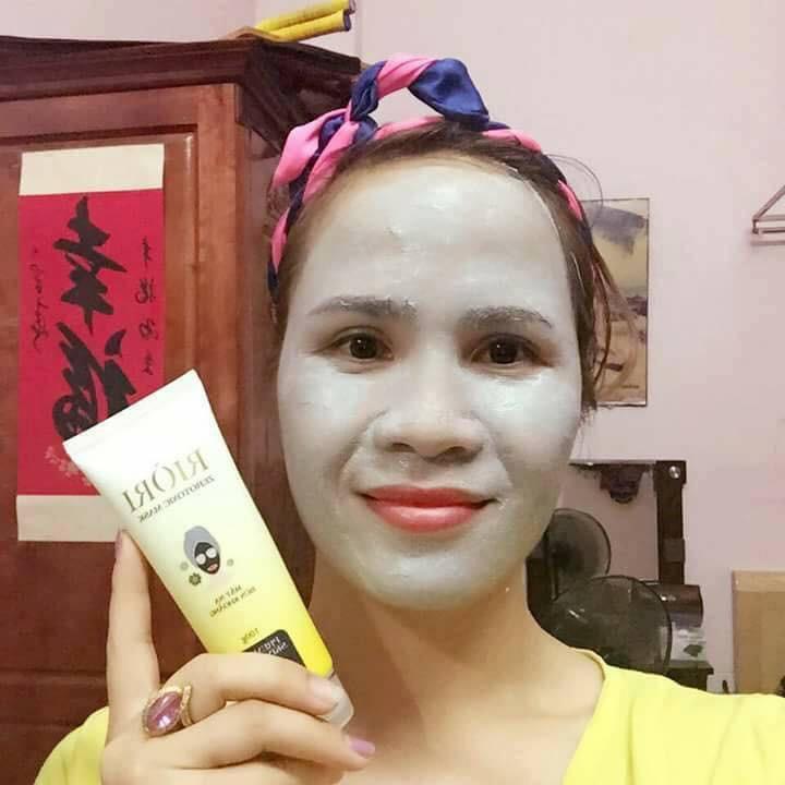 khách sử dụng mặt nạ thải độc riori